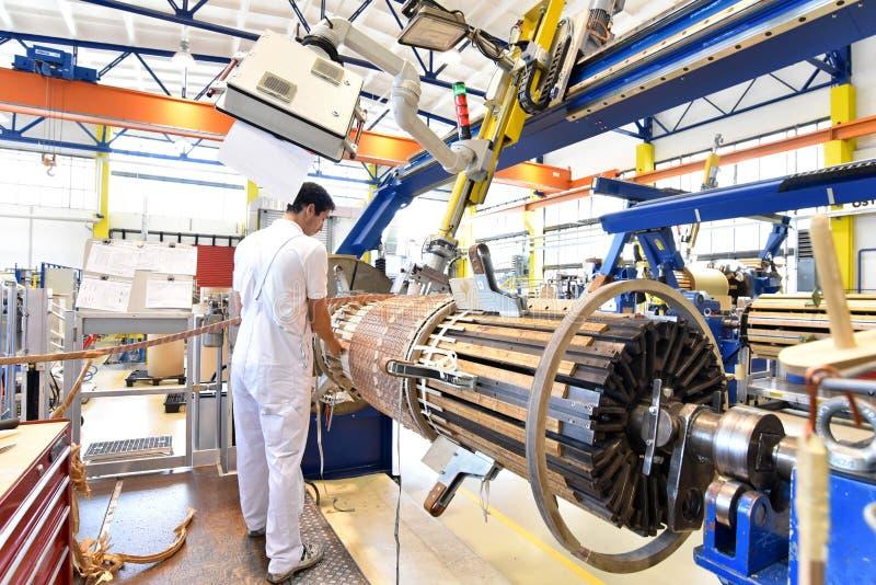 Les jeunes travailleurs d'industrie mécanique actionnent une machine pour le windi photographie stock