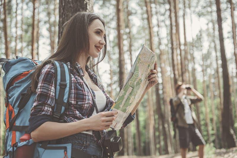 Les jeunes voyageurs positifs mesurent la topographie à pied image libre de droits