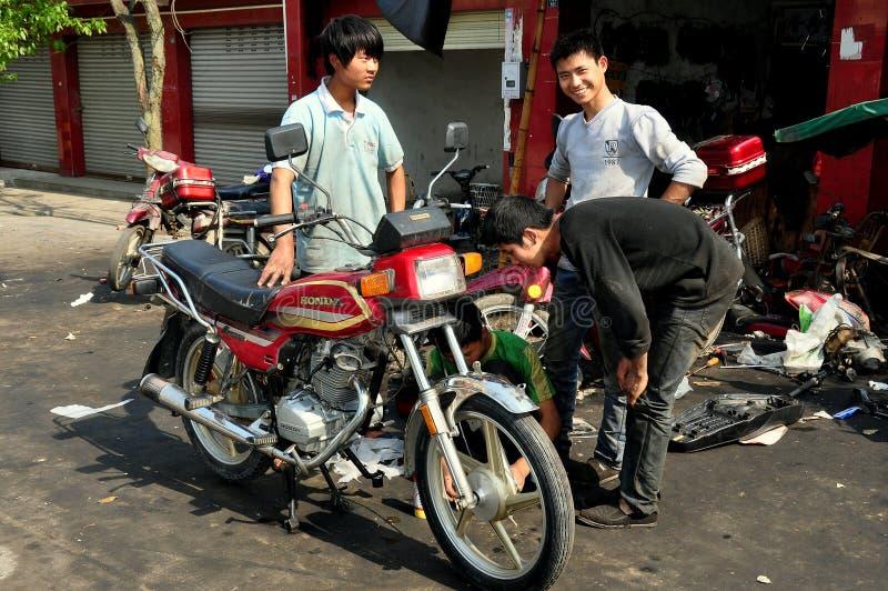 Vieille ville de Pixian, Chine : Jeunesses avec la moto images libres de droits