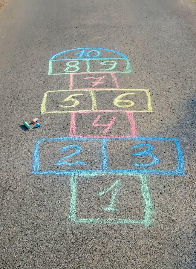 les jeux de l'enfant des rues dans les classiques Foyer s?lectif images libres de droits