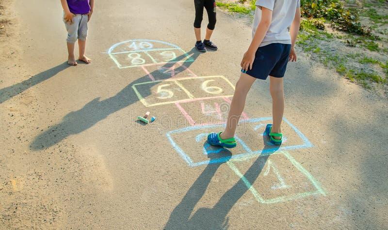 les jeux de l'enfant des rues dans les classiques Foyer s?lectif photographie stock libre de droits