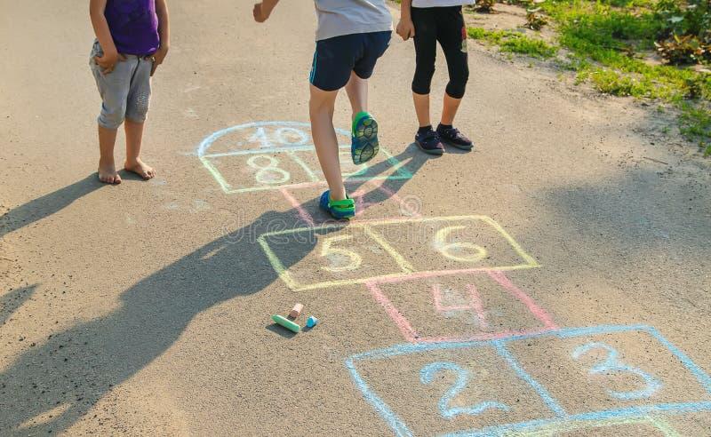 les jeux de l'enfant des rues dans les classiques Foyer s?lectif images stock