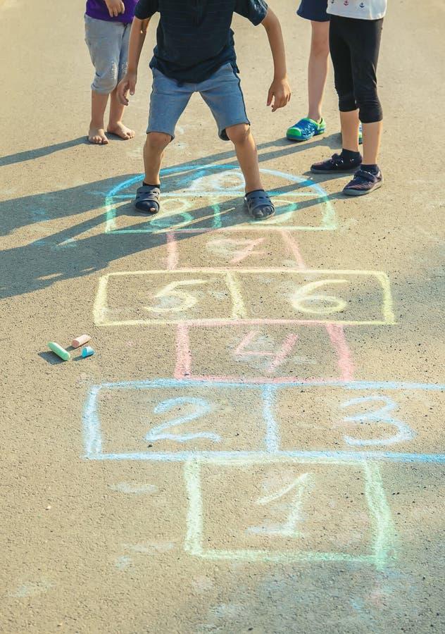 les jeux de l'enfant des rues dans les classiques Foyer s?lectif photos libres de droits