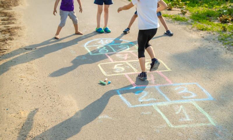 les jeux de l'enfant des rues dans les classiques Foyer s?lectif photo libre de droits