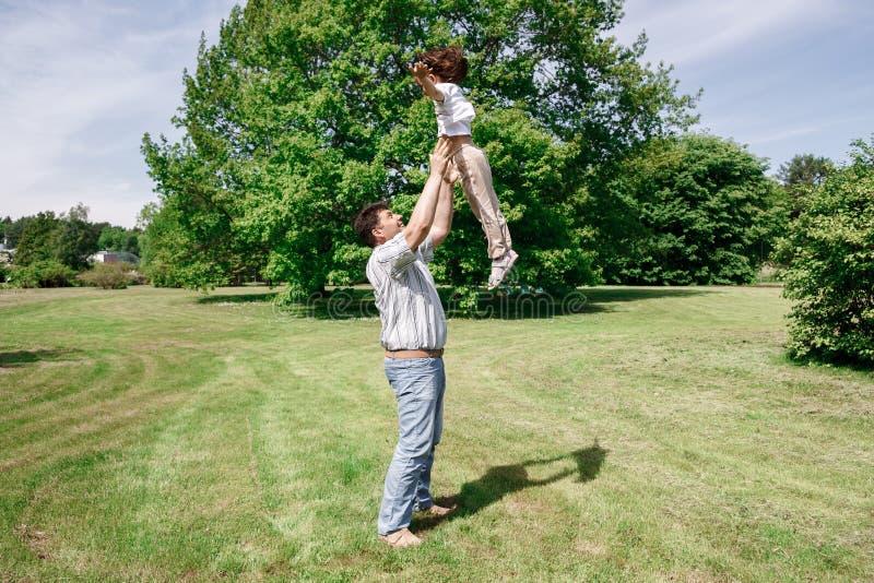 Les jeux de papa avec sa fille la jette et attrape photos libres de droits
