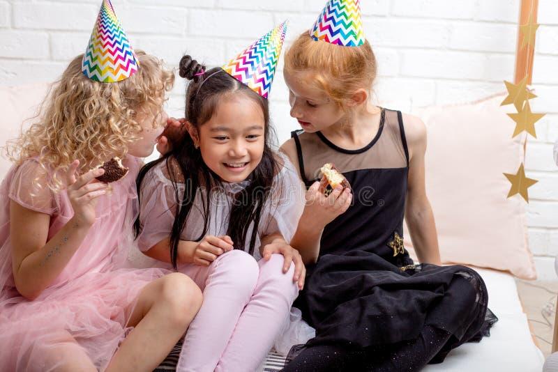 Les jolis enfants causent pendant la partie photographie stock libre de droits