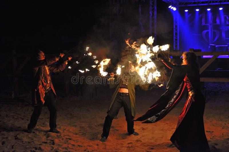 Les jongleurs du feu exécutent pendant le Fest de dent image stock