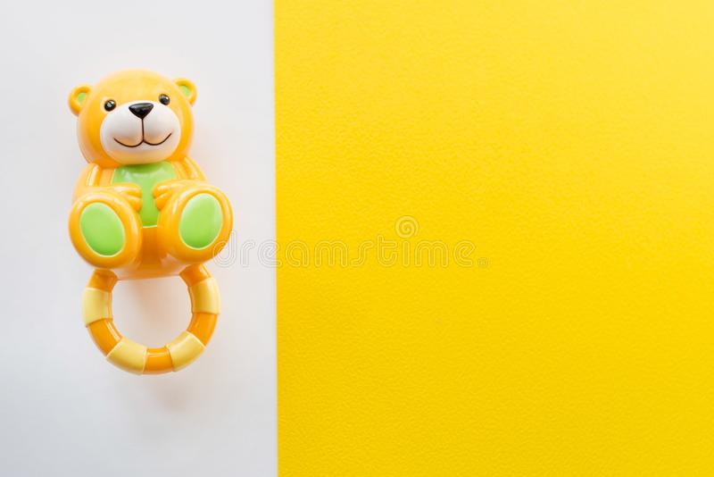 Les jouets d'enfants encadrent sur le fond blanc et jaune Vue supérieure Configuration plate Copiez l'espace pour le texte image stock