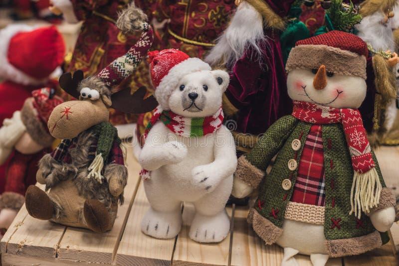 Les jouets de Noël ont fait de la laine, beau cerf commun, un ours blanc et un bonhomme de neige sont vendus dans le magasin, mar image stock