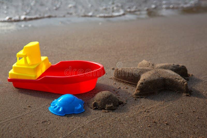 Les jouets pour enfants pour le sable et les étoiles de mer ont fait à partir du sable Plage sablonneuse, jour ensoleillé image libre de droits