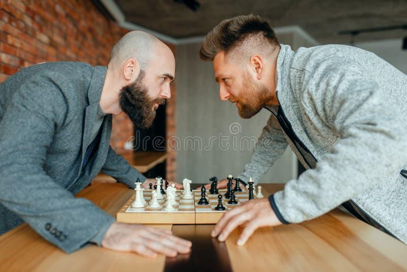 Les joueurs d'échecs regardent dans les yeux de chacun photos libres de droits