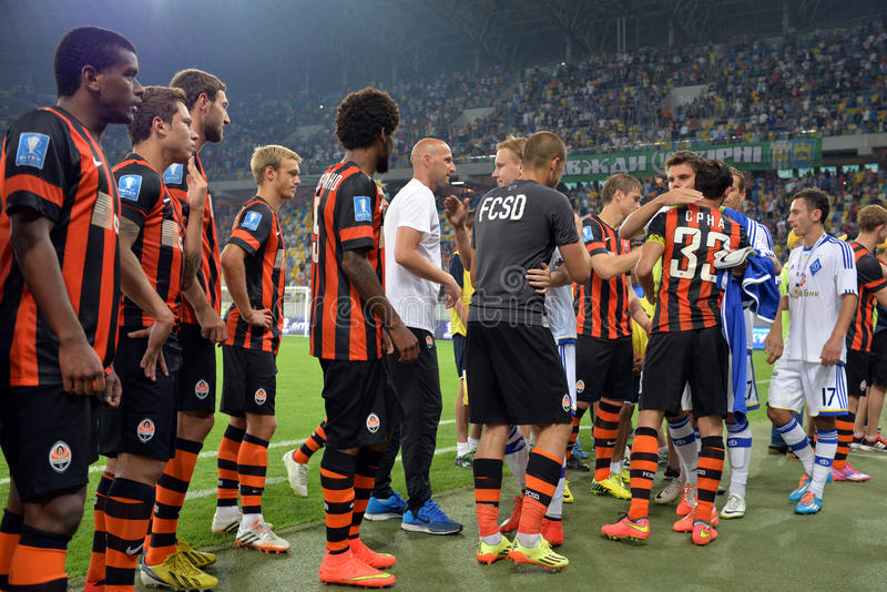 Les joueurs de football se saluent après le match images libres de droits