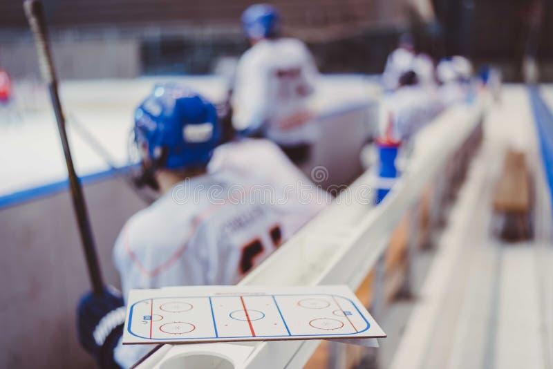 Les joueurs de hockey s'asseyent sur le banc pendant le match photos libres de droits