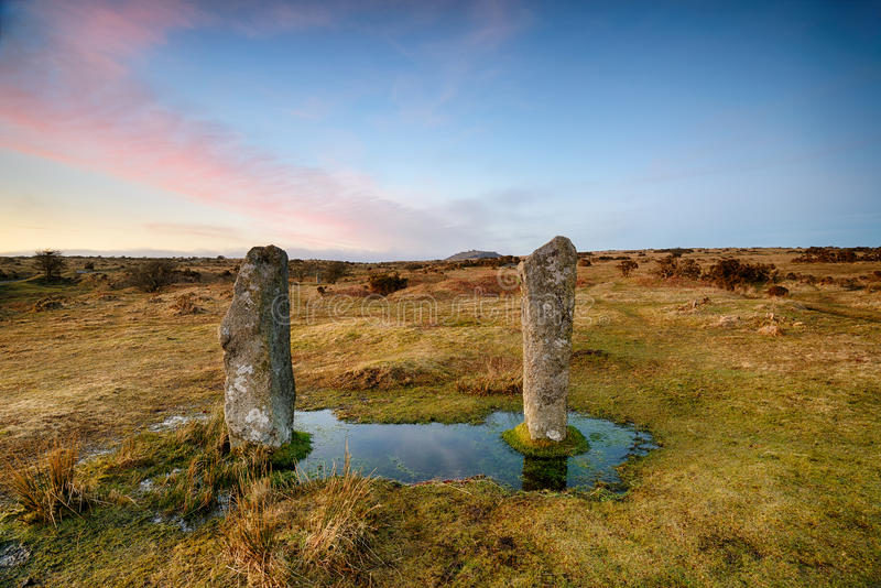 Les joueurs de pipeau tenant des pierres sur Bodmin amarrent dans les Cornouailles photos libres de droits