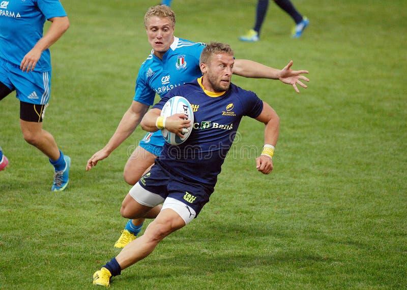 Les joueurs de rugby luttent pour la boule dans le jeu de généraliste du rugby 7's image stock