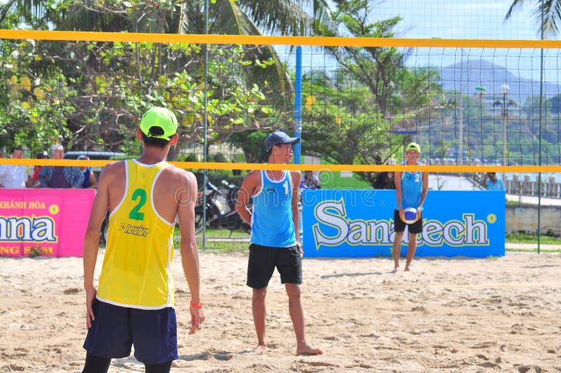 Les joueurs jouent dans un match dans un tournoi de volleyball de plage dans la ville de Nha Trang photo stock