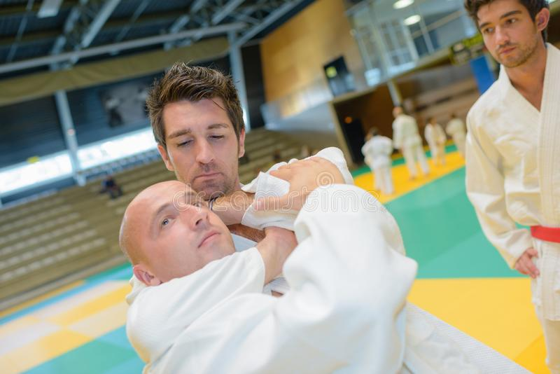 Les judoists de combattants combattent en concurrence sur le judo photo stock