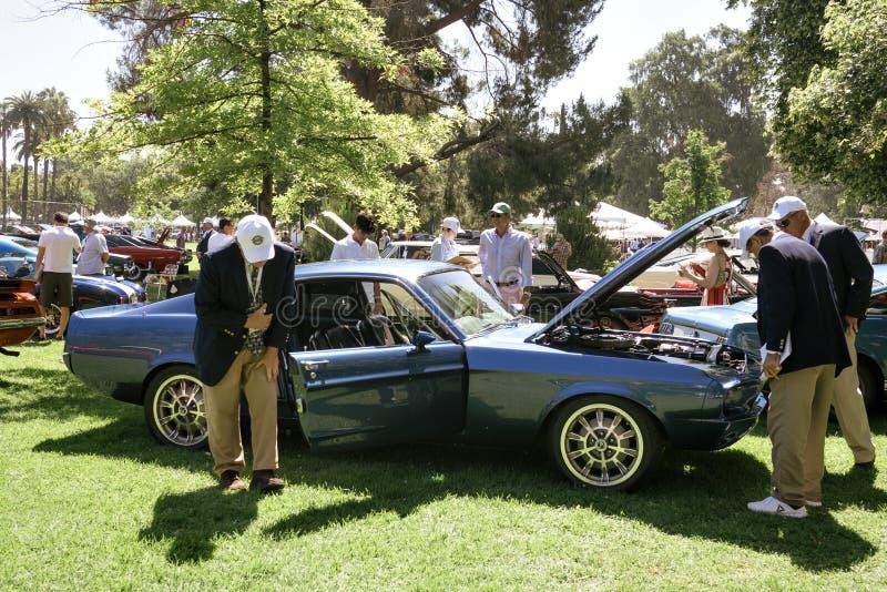 Les juges de voiture passent en revue une voiture classique de muscle chez le San 2019 Marino Motor Classic images libres de droits