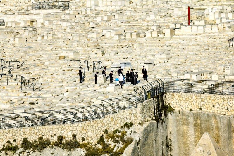 Les juifs prient aux tombes des ancêtres sur le mont des Oliviers images libres de droits