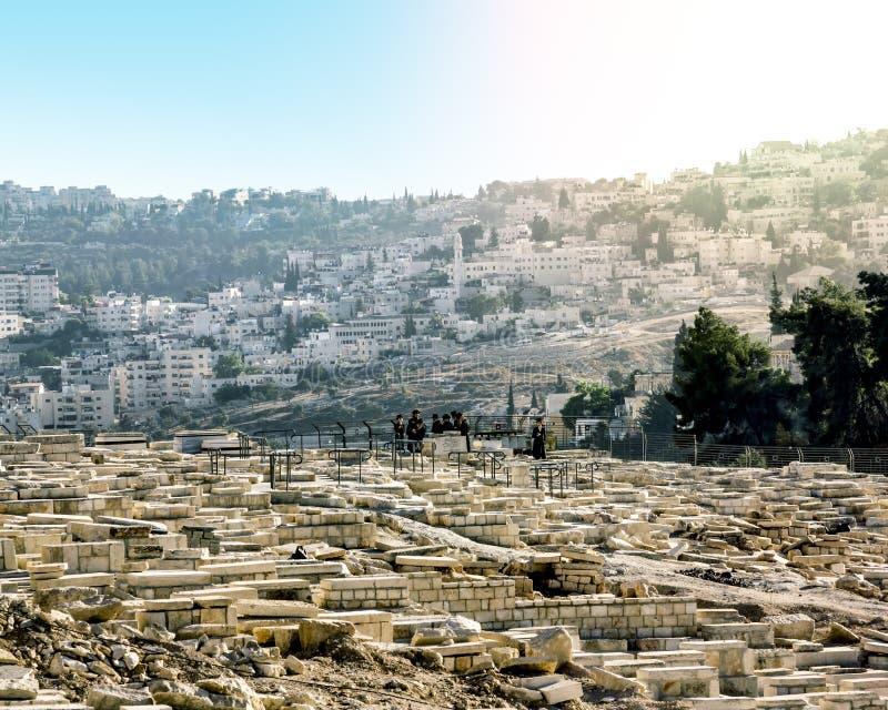 Les juifs prient aux tombes des ancêtres sur le mont des Oliviers images stock