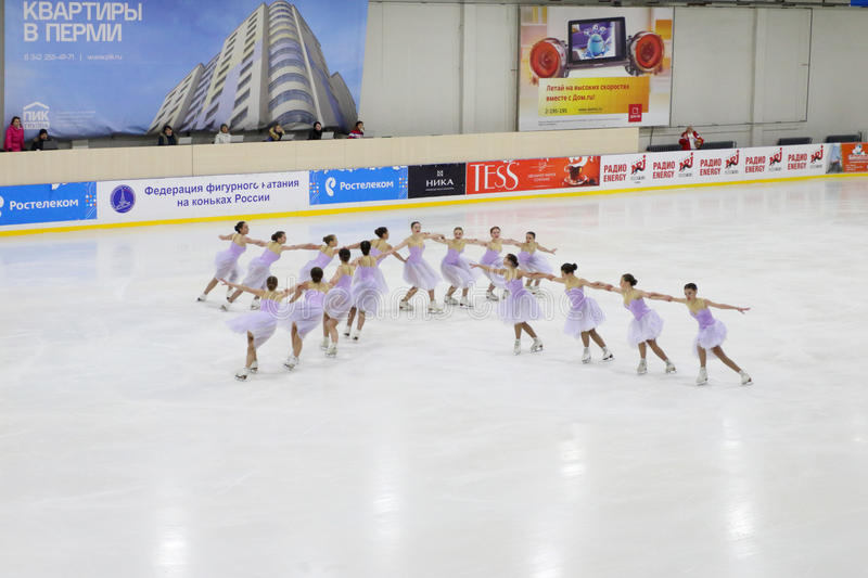 Les juniors exécutent à la tasse Open de patinage synchronisé images stock