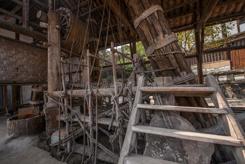 Les kilomètres de Zigong d'exploitation antique saumurent la pièce de grue de puits de fils de sel de mer avec le cadre en bois d photo stock