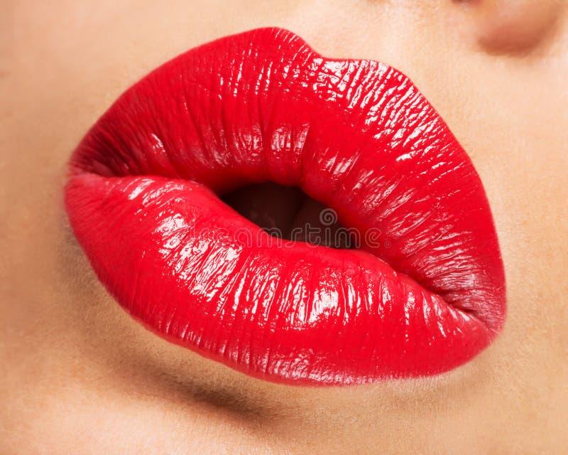 Les lèvres de la femme avec le rouge à lèvres rouge et le baiser font des gestes image libre de droits