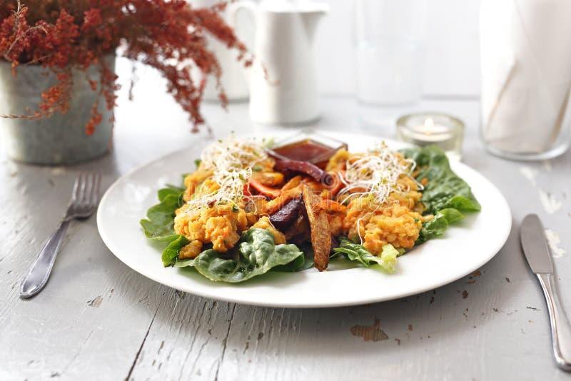 Les légumes cuits au four, patate douce, pomme de terre, céleri, carotte, betterave ont servi avec le ragoût végétal sur la salad photos libres de droits