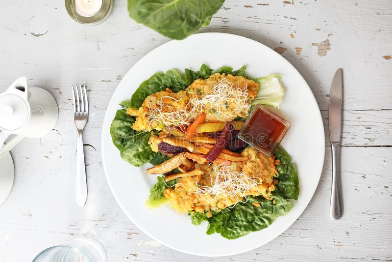 Les légumes cuits au four, patate douce, pomme de terre, céleri, carotte, betterave ont servi avec le ragoût végétal sur la salad image libre de droits