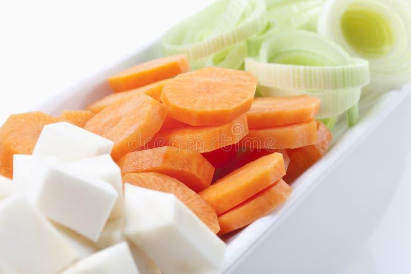 Les légumes découpés en tranches dans la cuvette, se ferment  photos stock