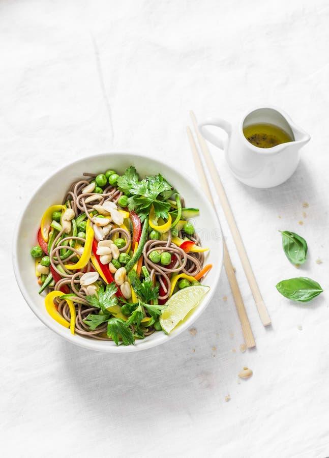Les légumes de nouilles de Soba capitonnent thaïlandais sur le fond clair, vue supérieure Nourriture végétarienne photos libres de droits