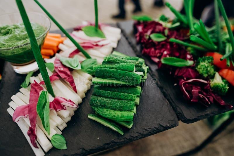 les légumes de variété ont coupé en tranches les aliments de préparation rapide sains de buffet image libre de droits