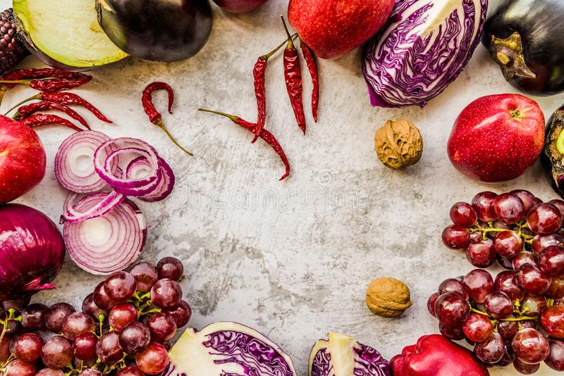 Les légumes et le fruit pourpres crus sur le fond de marbre blanc avec la copie espacent la vue supérieure image libre de droits
