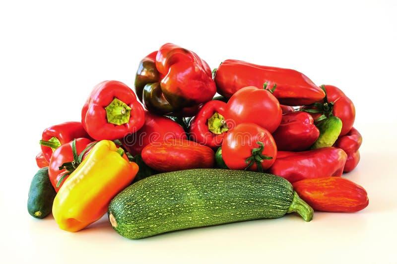 Les légumes frais - courgette, poivre, tomate, concombre se sont pliés vers le haut d'une glissière et d'isolement sur le fond bl image stock