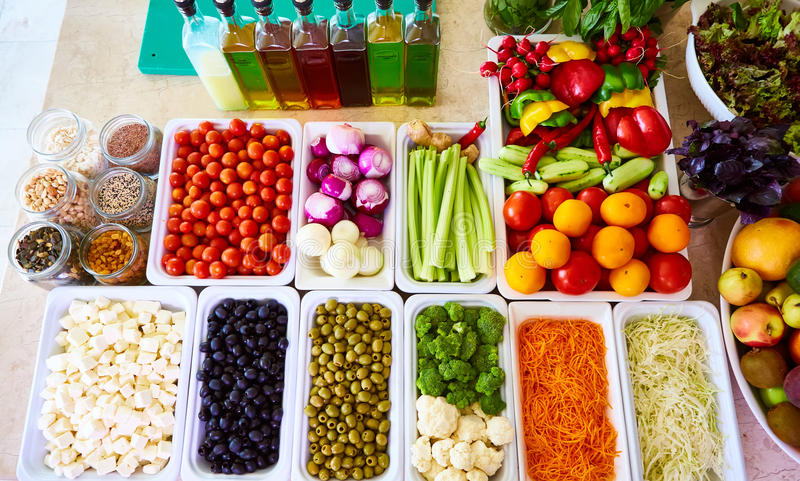Les légumes frais de comptoir à salades ont coupé en tranches le poivron doux de tomate-cerise de concombre de céleri de carotte  photographie stock