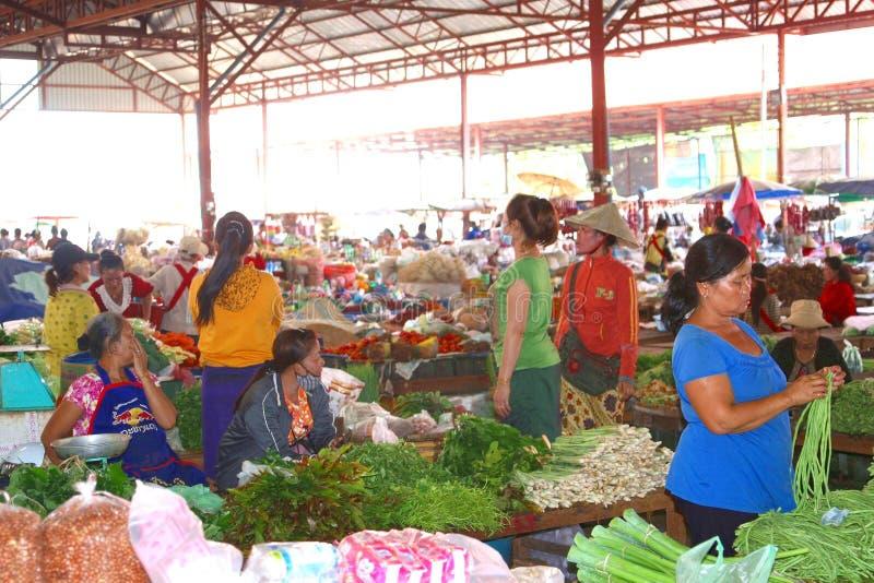Les légumes lancent sur le marché au Laos images stock