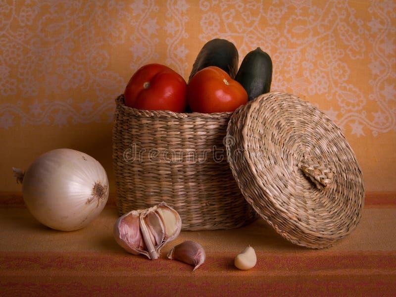 Les légumes portés par un dîner. image libre de droits