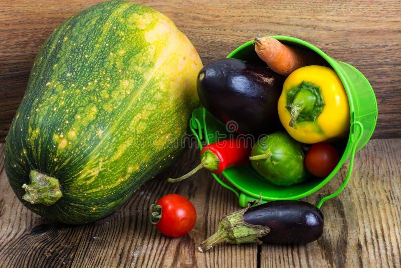 Les légumes saisonniers d'automne en métal bucket sur le fond en bois photos libres de droits