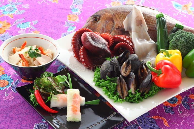 Les légumes vietnamiens de ressort roule avec la dorade, moule bleue, photo libre de droits