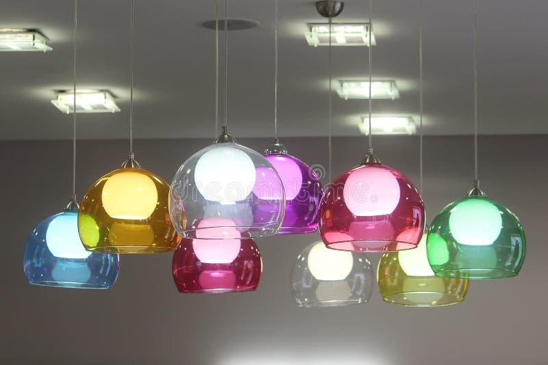 Les lampes avec les nuances en verre colorées décorent la salle Détail vif dans l'intérieur image stock