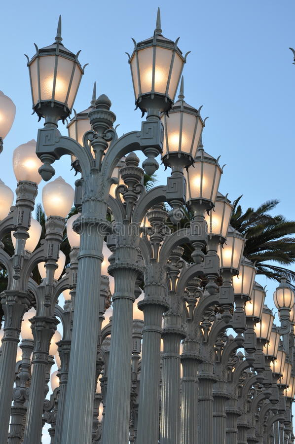 Les lampes sous le ciel photographie stock libre de droits