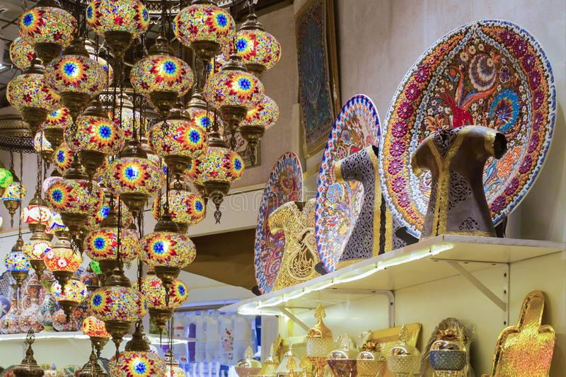 Les lampes turques en verre, colorées, traditionnelles, décoratives accrochent sur le plafond dans le magasin photo libre de droits