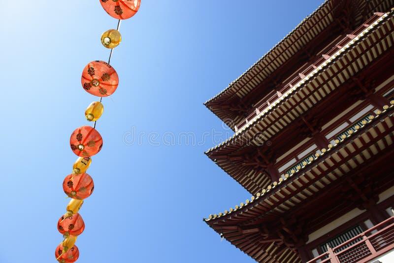 Les lanternes de Chiness décorent autour du temple de relique de dent de Bouddha à Singapour photos libres de droits