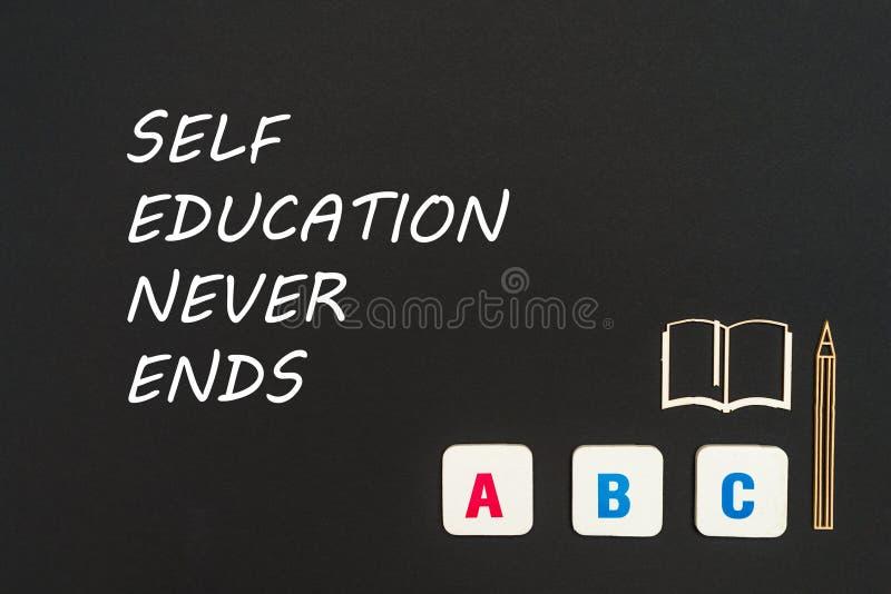 Les lettres d'ABC et la miniature de carton gris sur le tableau noir avec l'éducation d'individu des textes ne finit jamais photos libres de droits