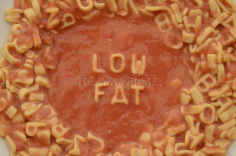 Les lettres de spaghetti d'alphabet orthographient à faible teneur en matière grasse photos libres de droits