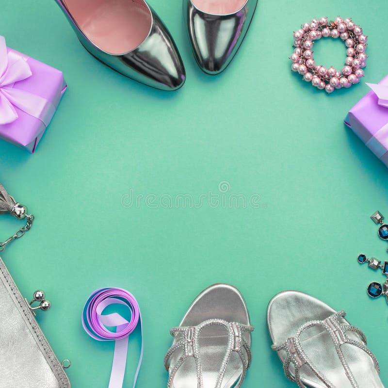 Les leu plats de composition de fête ont placé la boîte de collier de bourse de chaussures élégantes de cadeaux de bijoux des acc photographie stock libre de droits