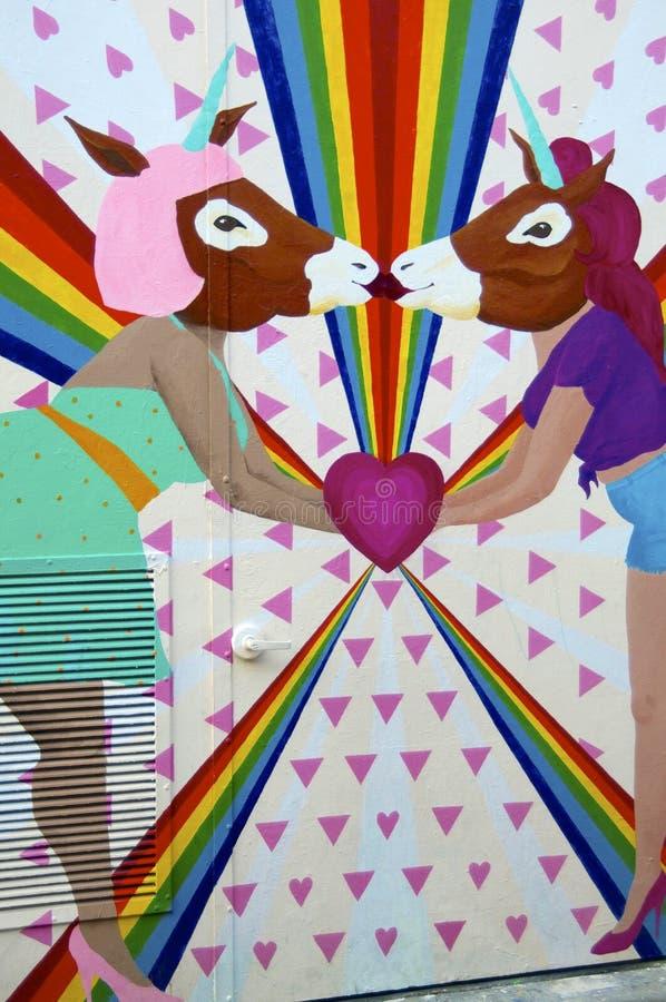 Les licornes lesbiennes embrassant la peinture murale de l'allée de clairon, San Franisco photos stock