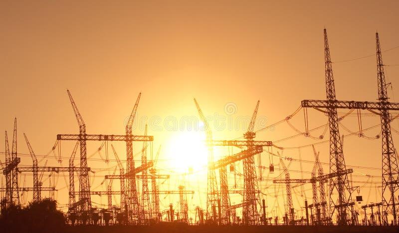 les lignes électriques actionnent le pylône photo stock
