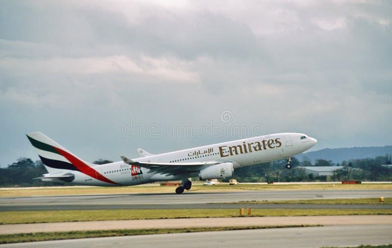 Les lignes aériennes Airbus A330 A6-EAB d'émirats part Manchester image stock