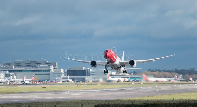 Les lignes aériennes norvégiennes surfacent décolle de l'aéroport de Londres Gatwick, avec le lavage W de jet photographie stock